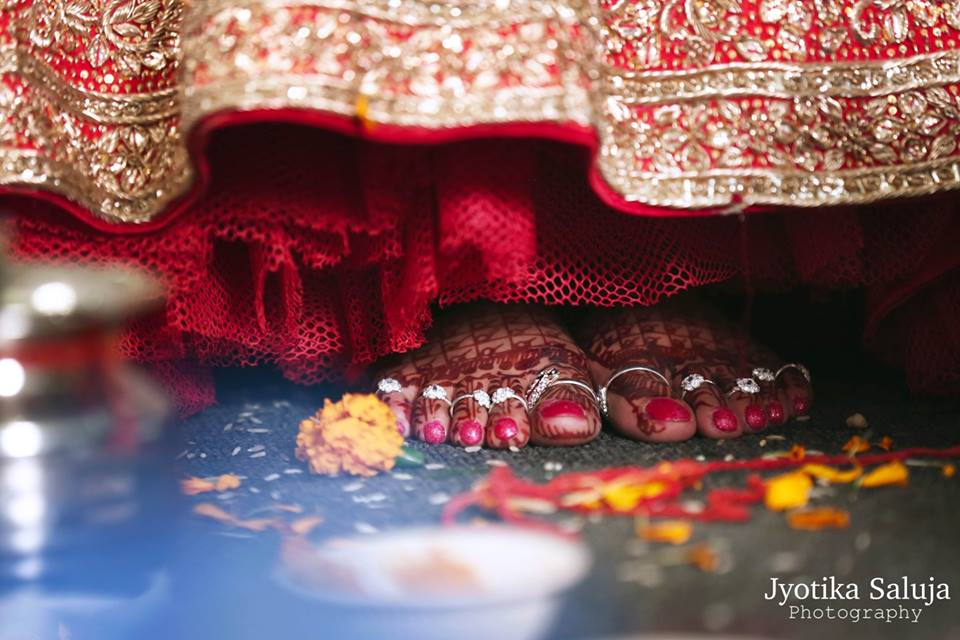 Bride wearing Bichiya in her feet