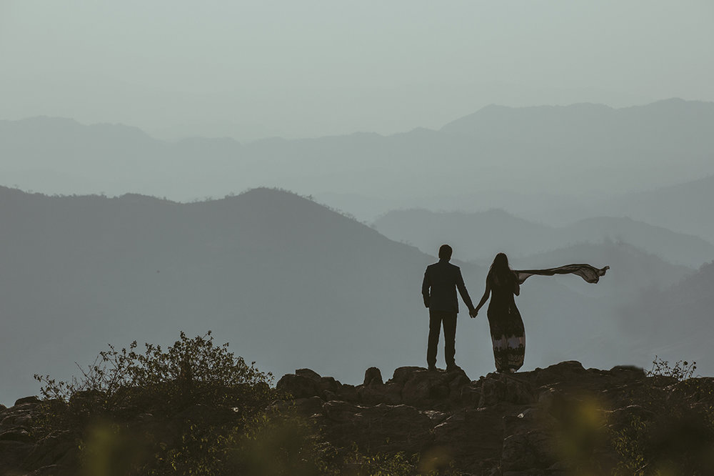 Couple in Pre-Wedding Photography on Mountains