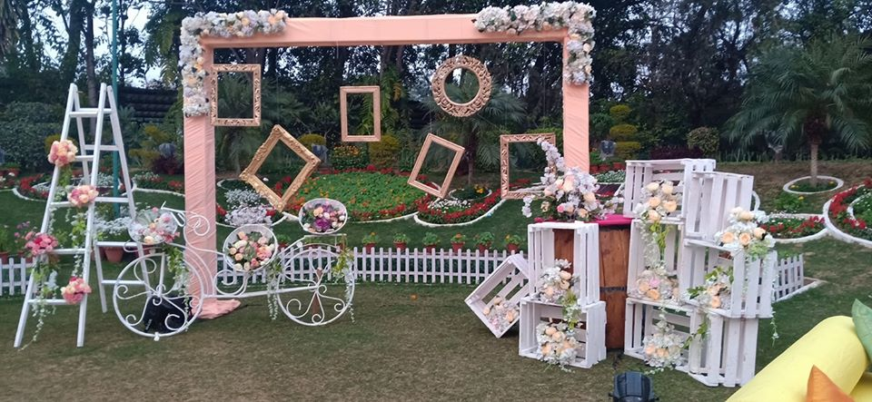 outdoor wedding decoration idea like selfie booth