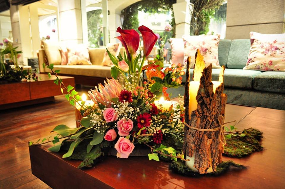 Flower Bouqet and Wood Lamp Rustic Table Decor Idea