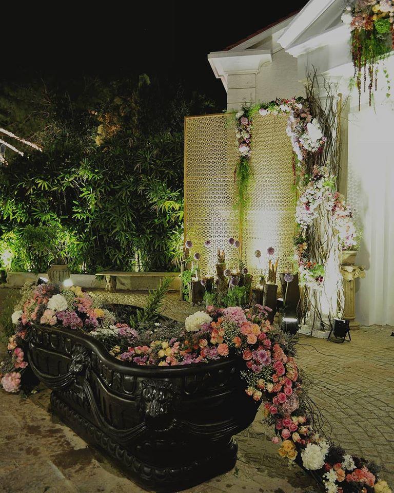 Garden Theme Floral Bathtub Rustic Decor Idea